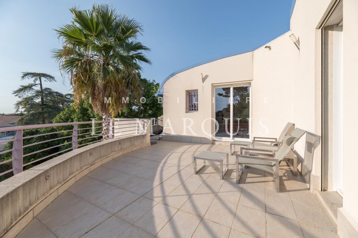 A l'étage, grande terrasse de 35 m2 où l'on peut contempler le coucher de soleil