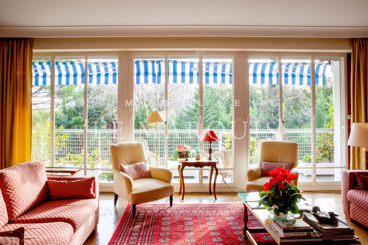 Le séjour est ouvert sur un large balcon sans vis-à-vis