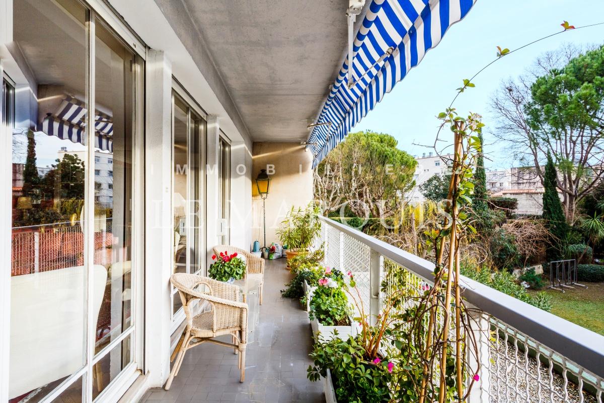 Le balcon permet d'aménager un espace repas.
