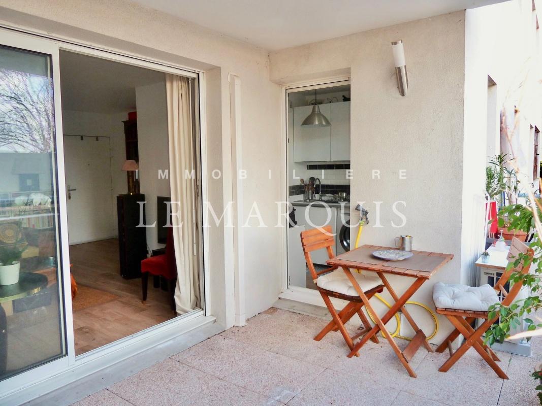 Le séjour et la cuisine ouvrent sur une belle terrasse au calme