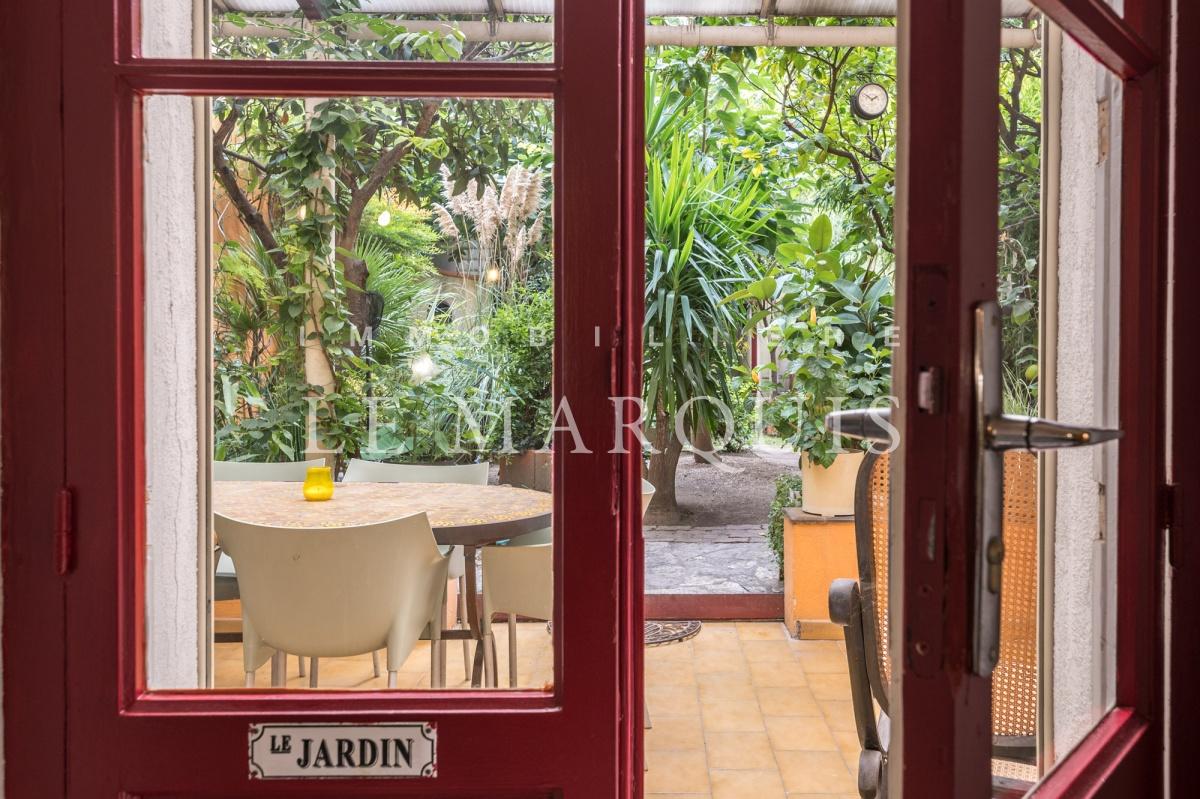 Le séjour est ouvert sur la terrasse et le jardin
