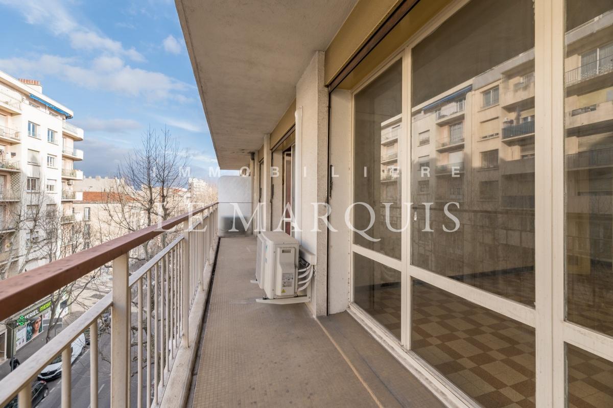 Etage élevé, long et large balcon
