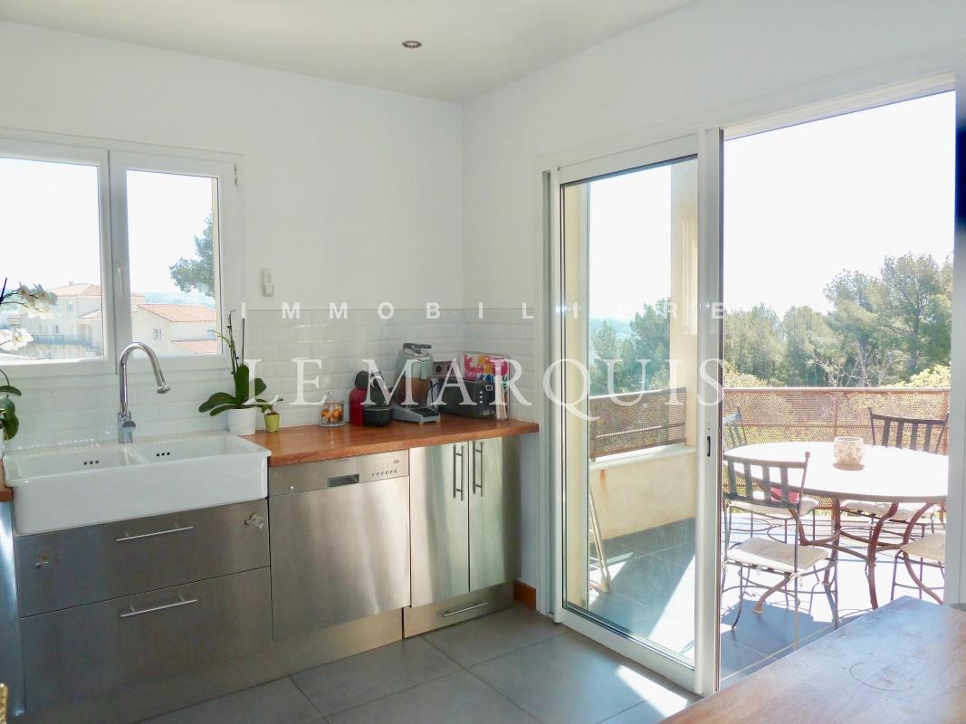 La cuisine est également ouverte sur la terrasse