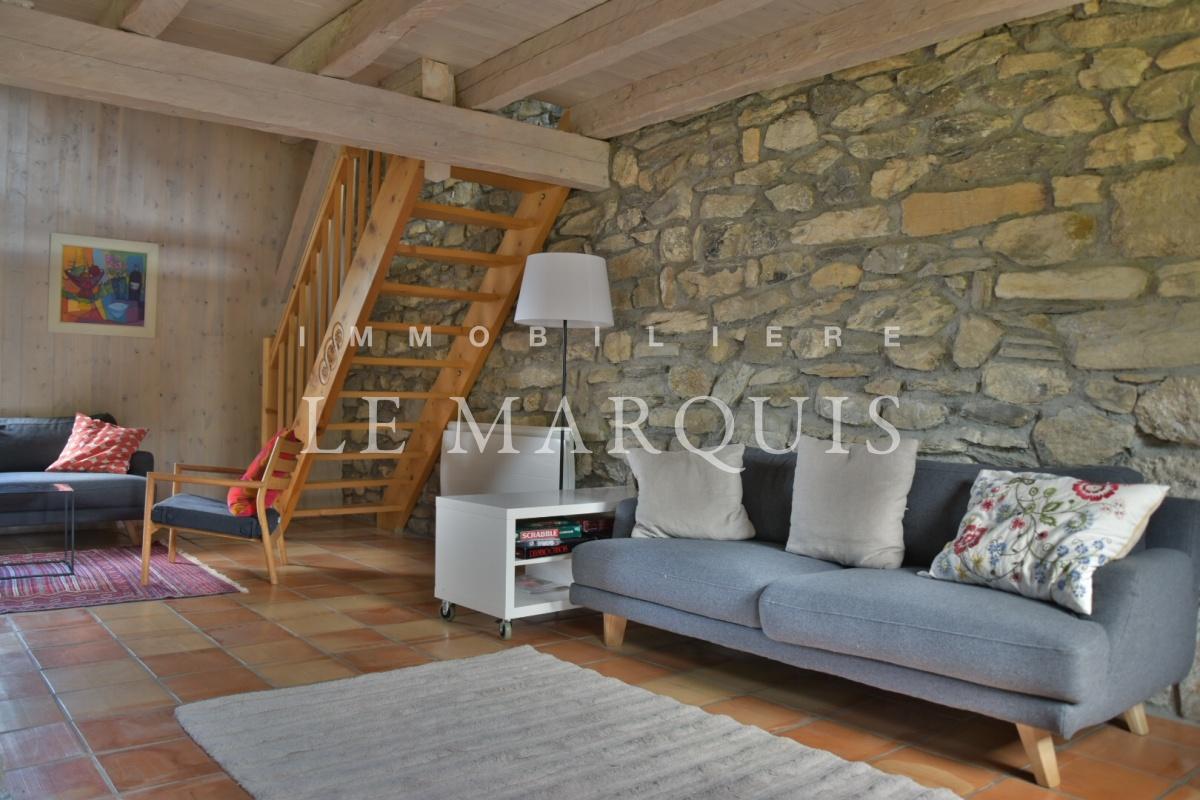Le salon mêle harmonieusement bois et pierre