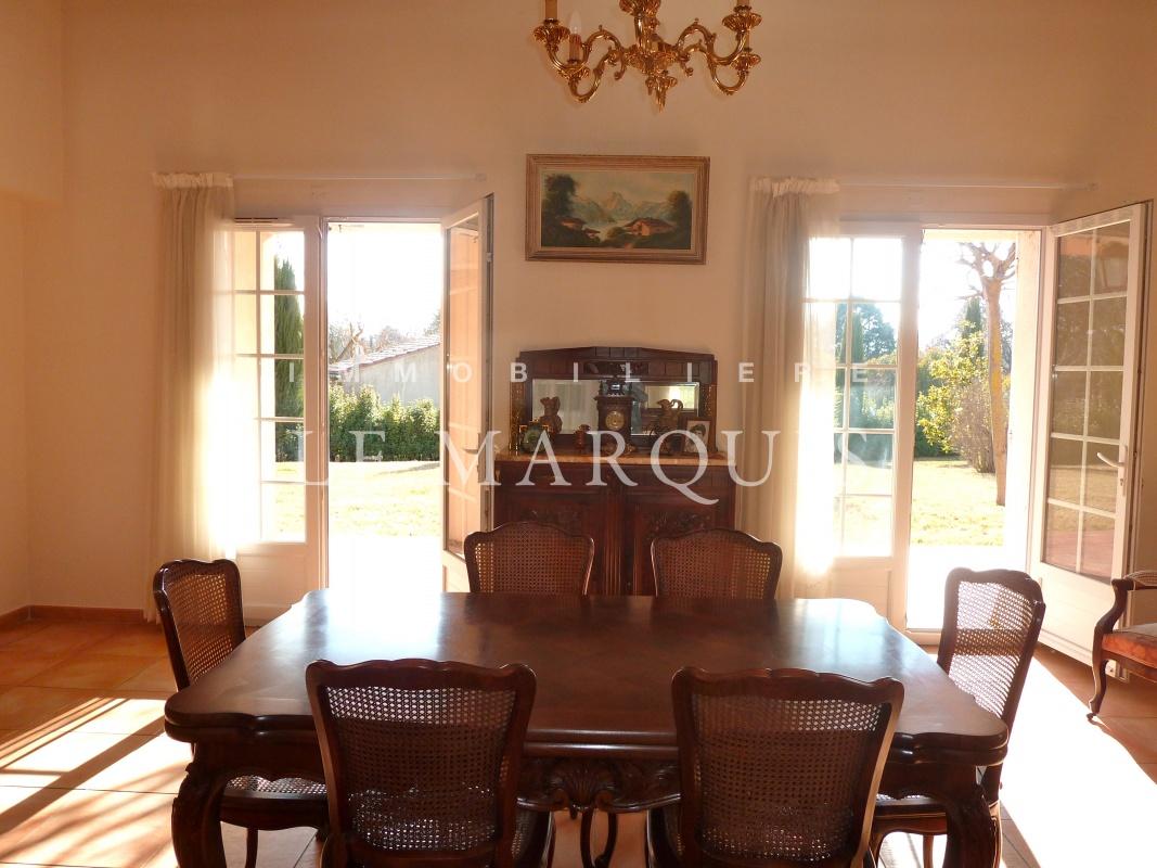 Agréable salle à manger ouverte sur une terrasse au calme