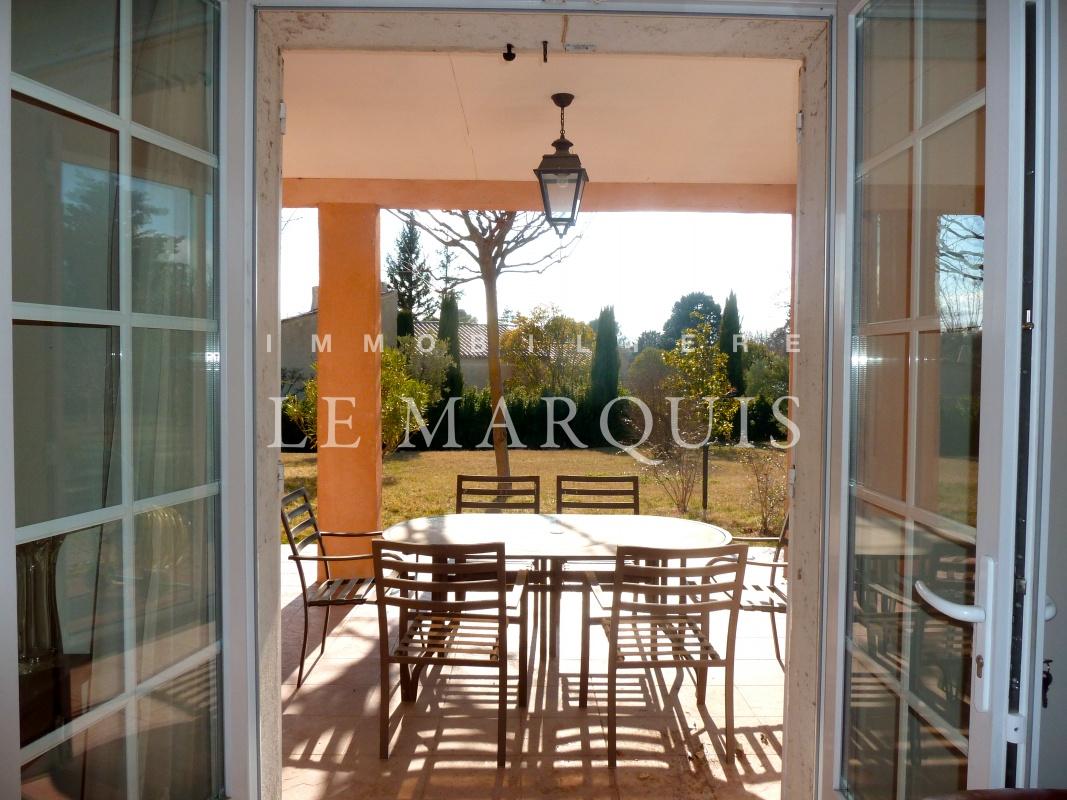 Bel espace extérieur qui permet de déjeuner au calme