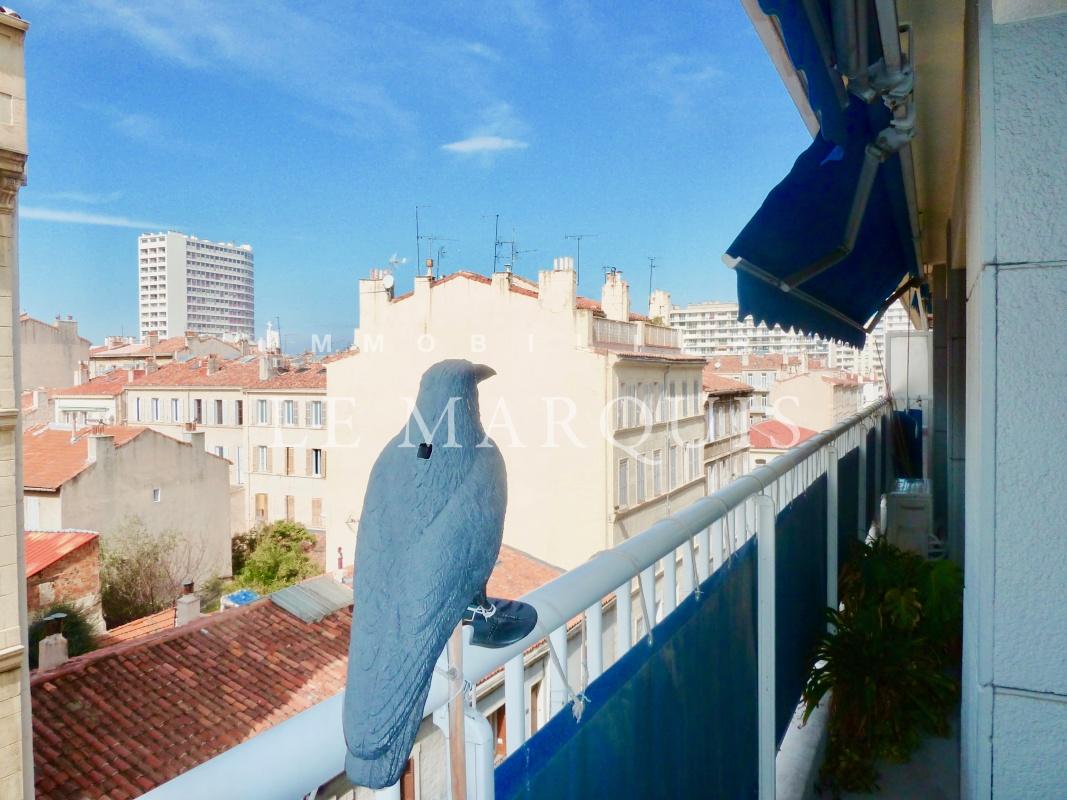 Toutes les pièces de l'appartement sont ouvertes sur des balcons