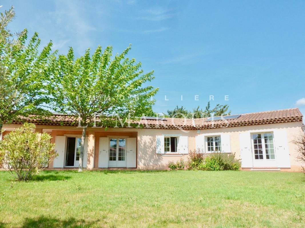 La maison est construite sur une parcelle de 2 500 m2