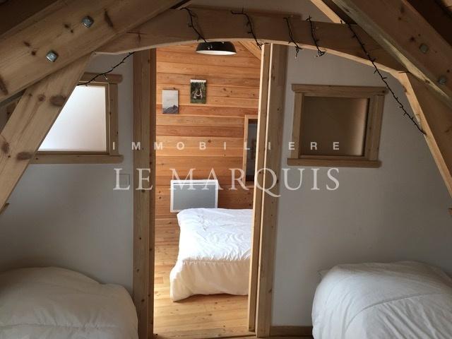 En soupente, le coin montagne avec ses deux lits et la chambre de 13 m2
