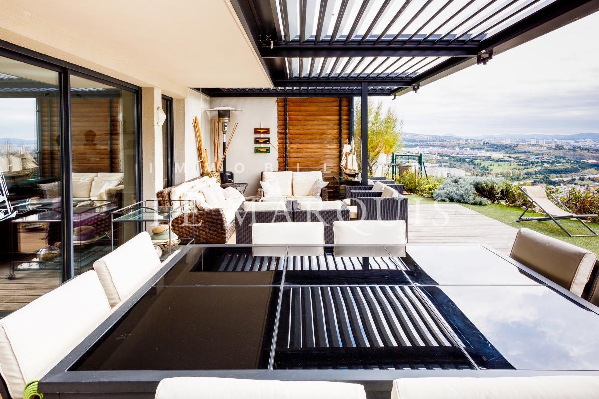 La terrasse permet de déjeuner au calme et sans vis-à-vis