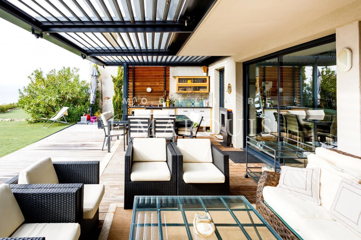 Cuisine d'été sur la terrasse