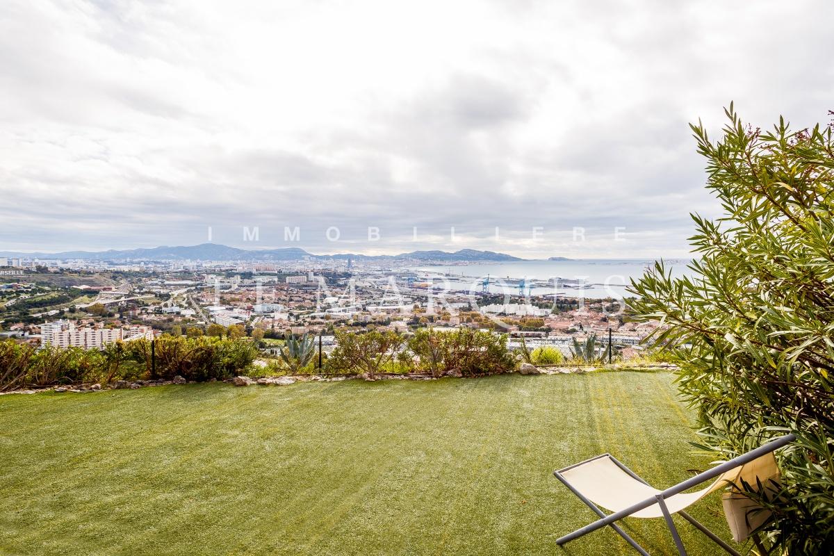 La terrasse se prolonge d'un agréable jardin