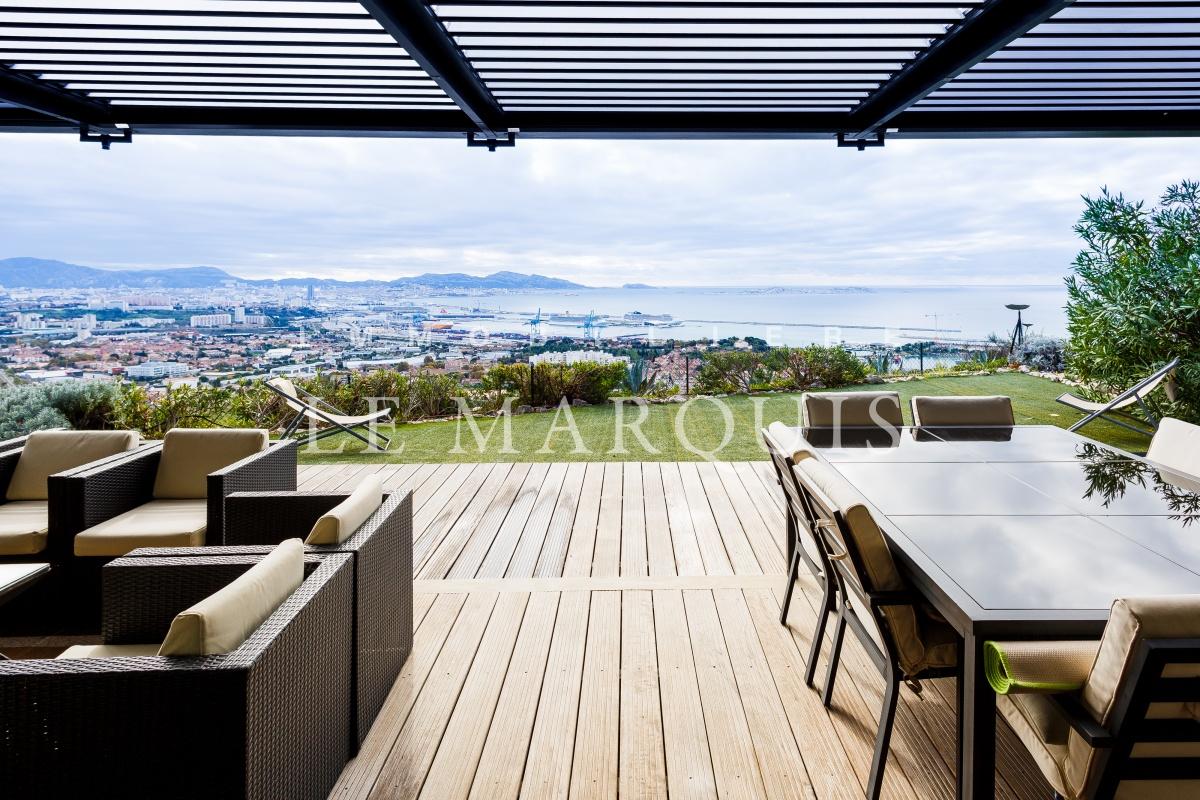 Vue exceptionnelle de la terrasse ombragée